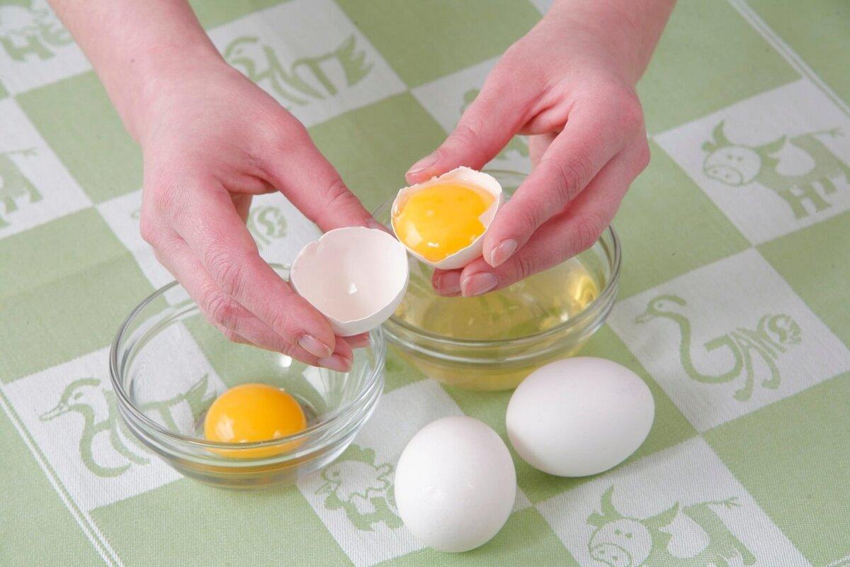 Как отделить желток от белка быстро: методы и приспособления