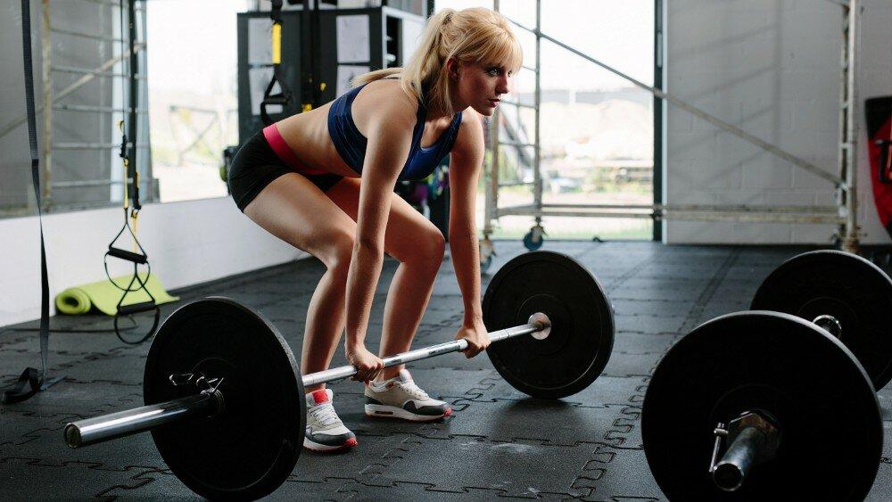 Базовые упражнения: приседания, становая тяга, жим лежа для девушек и женщин