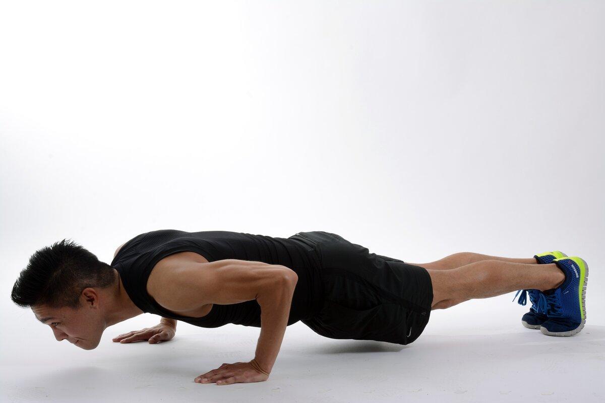 Отжимания от пола: программа тренировок (схема и таблица), какие мышцы работают, техника выполнения