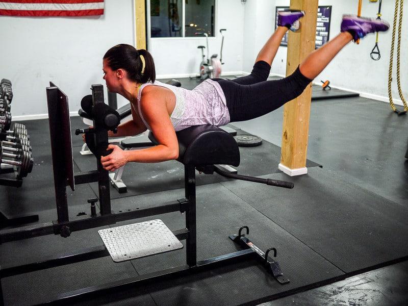 Гиперэкстензия: техника выполнения упражнения дома без тренажера на полу и в зале - какие мышцы работают и чем можно заменить для спины