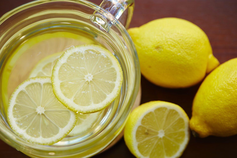 Полезно ли по утрам пить натощак воду с лимоном