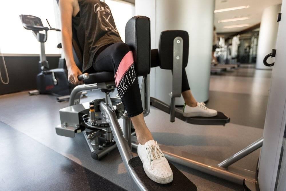 Как правильно делать разведение ног в тренажере сидя?