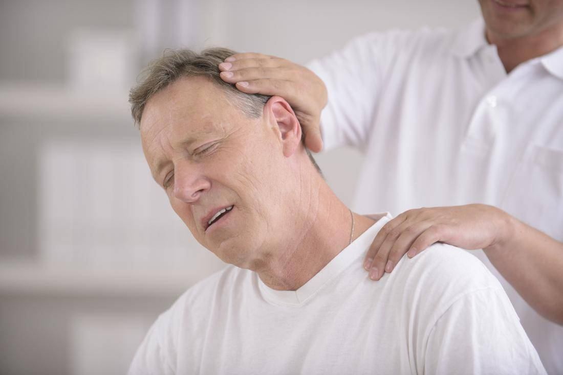 Защемило шею и больно поворачивать: что делать в домашних условиях?