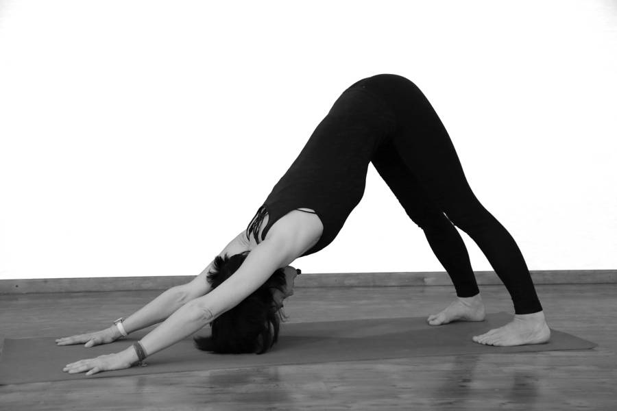 11 способов улучшить позу собаку мордой вниз | smartyoga: йога для здоровья и йогатерапия в москве