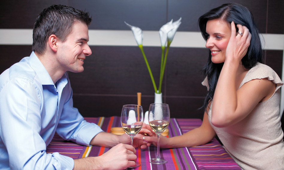 Как привлечь внимание парня — советы психолога