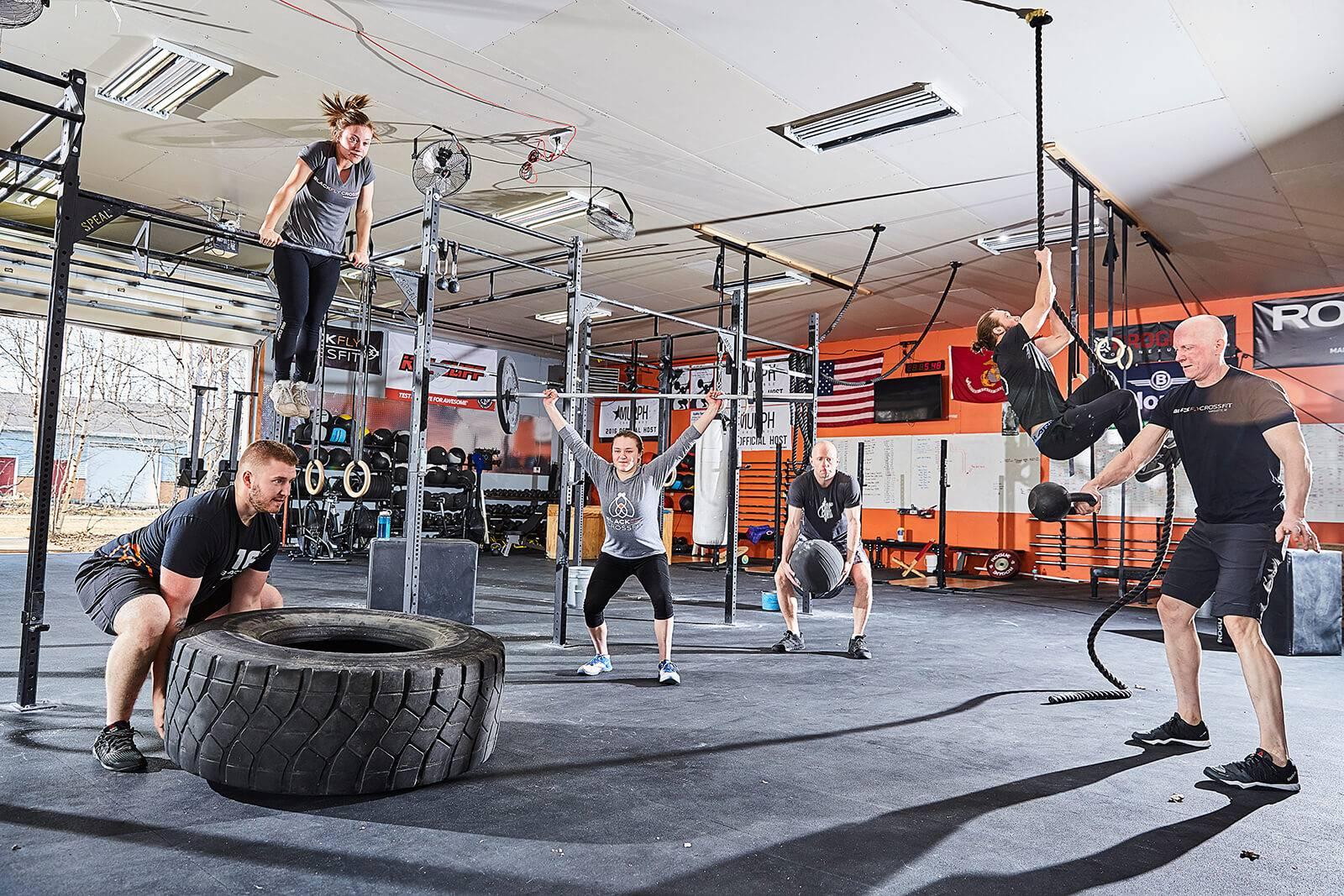 Кроссфит дома для начинающих: программа тренировок для мужчин, женщин, комплекс упражнений в домашних условиях