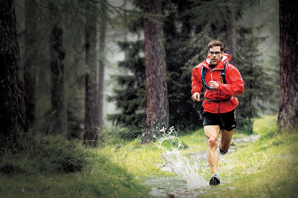 Бег в дождь — можно ли бегать в дождливую погоду, как выбрать кроссовки и одежду