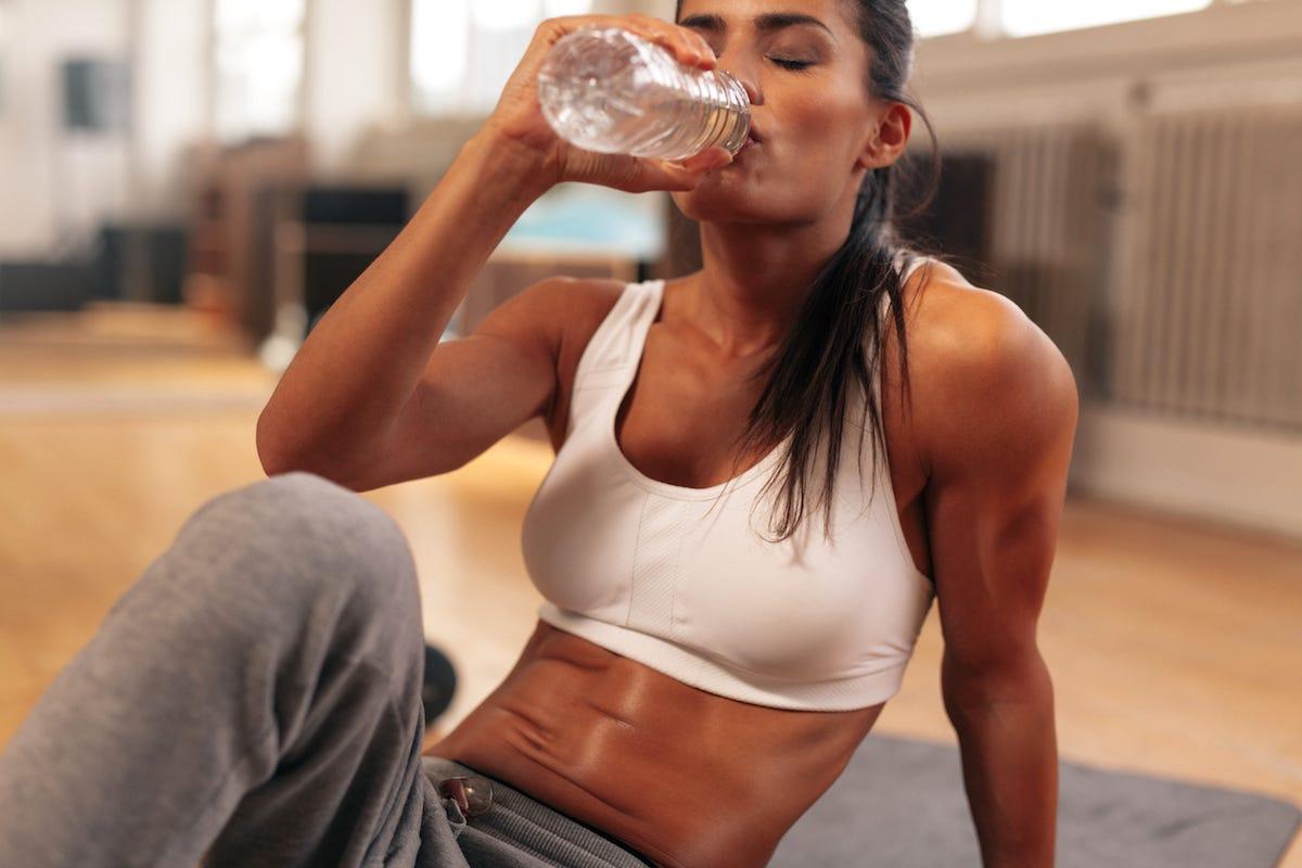 Выясняем — можно ли пить воду после тренировки?