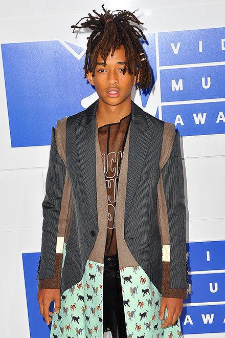 Юбки, украшения исобственный мерч: что носит джейден смит — сын уилла смита, музыкант имодник