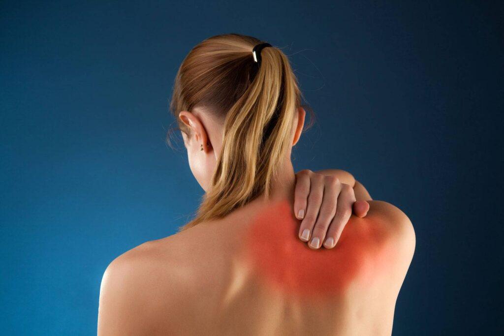 Защемило спину между лопаток - возможные причины и лечение!