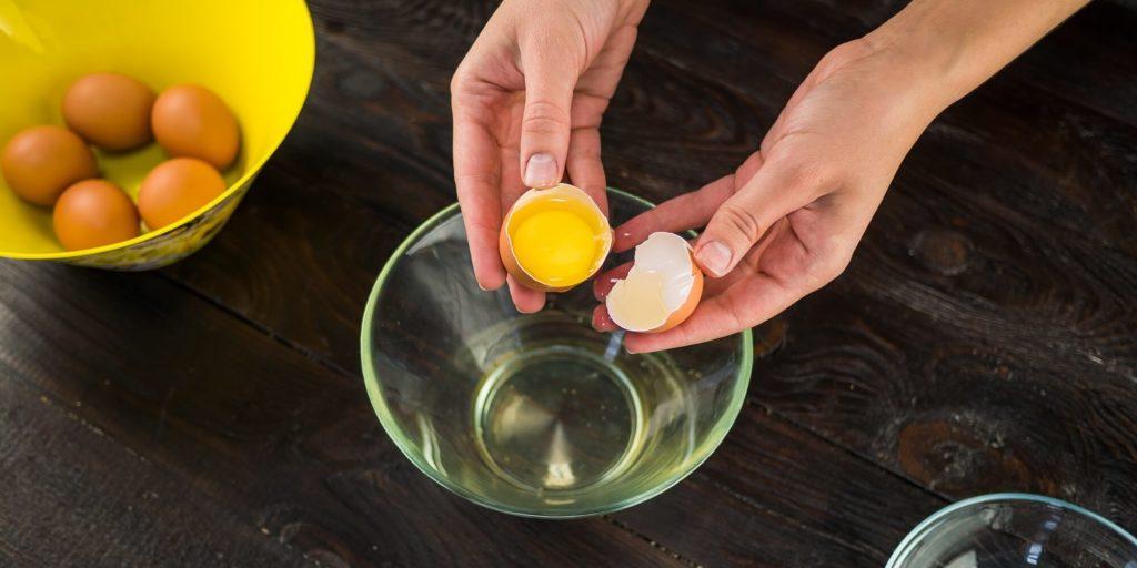 Как отделить желток от белка легко и быстро – 7 способов