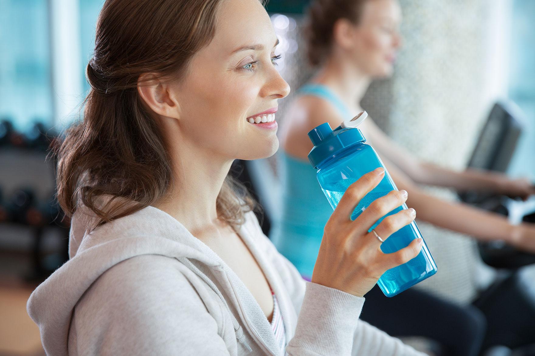 Можно ли пить воду во время тренировки, перед и сколько нужно?