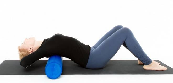 Как делать упражнения с валиком или полотенцем для спины?