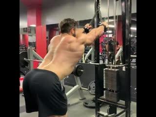 Тяга верхнего блока. тренировка спины на тренажёре | bestbodyblog.com