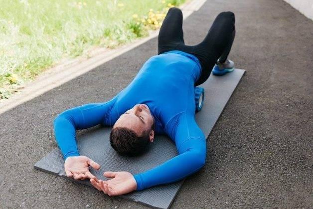 Как правильно лежать на валике из полотенца — похудение
