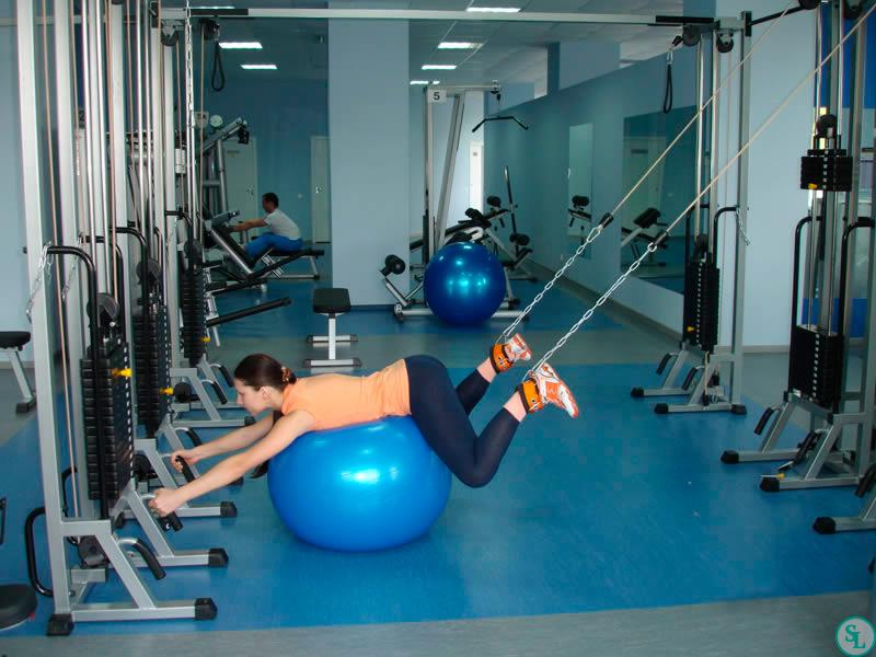 Тренировки в тренажерном зале при сколиозе: комплекс упражнений - tony.ru