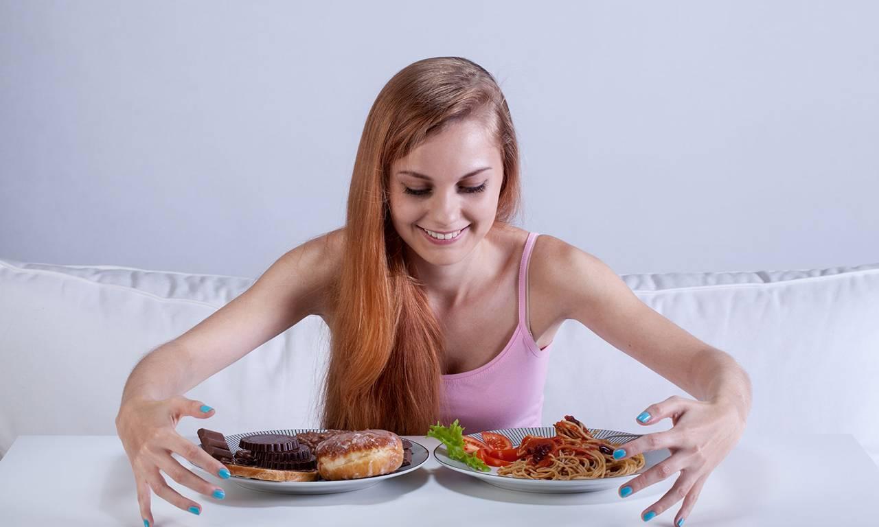 Как перестать много есть: частые причины обжорства, признаки переедания и норма потребления калорий, как перестать много кушать, советы психологов и диетологов.