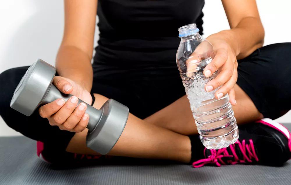 Можно ли пить воду после тренировки, почему нельзя, допускается ли сразу по окончании занятий, а также используют ли какие-либо добавки