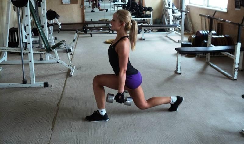 Упражнения для ягодиц с гантелями для женщин и мужчин в домашних условиях и тренажёрном зале