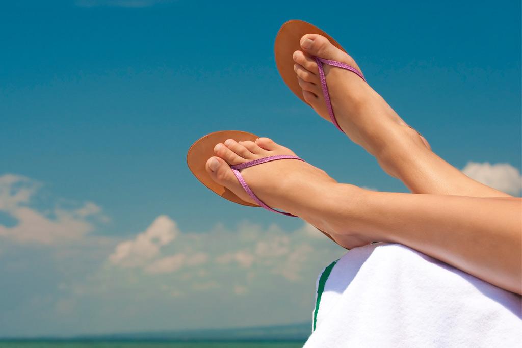 Отекают ноги летом: причины и решение