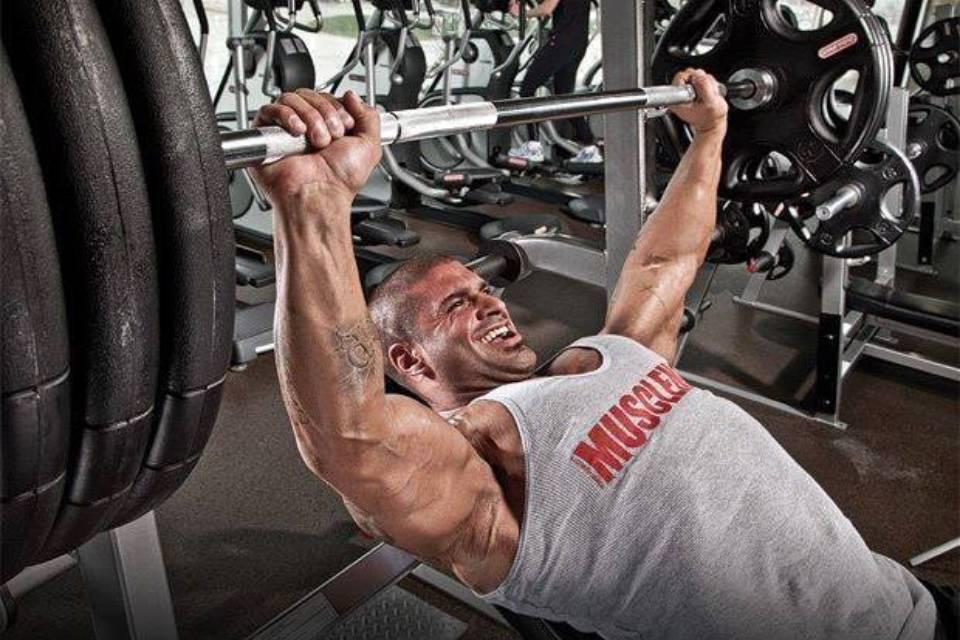 Как накачать грудные мышцы гантелями в домашних условиях