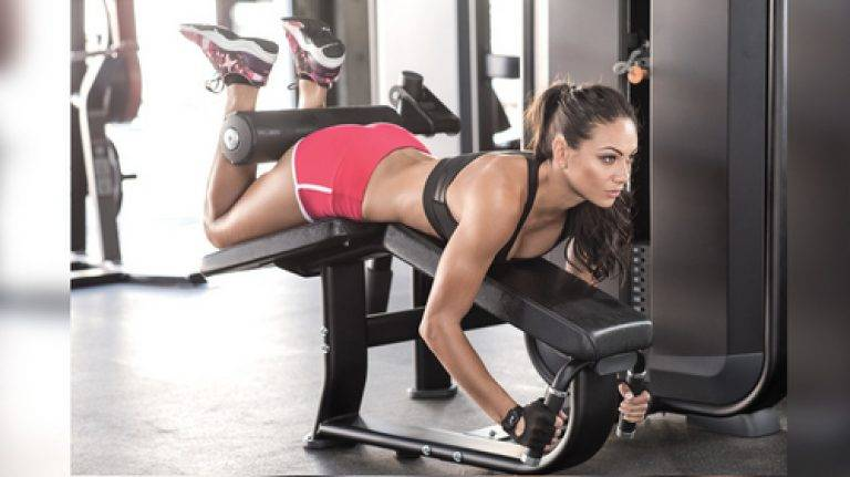 Лучшие упражнения для ягодиц в тренажерном зале для девушек: программа тренировок, как накачать попу в зале