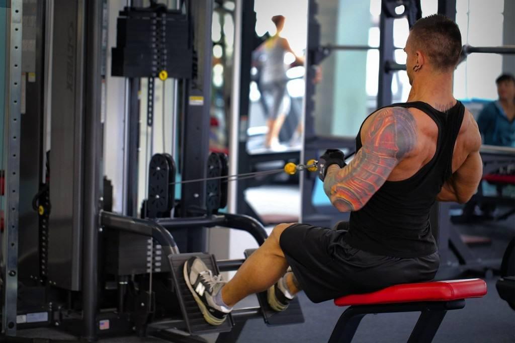 Вертикальная тяга широким хватом: фото и видео упражнения