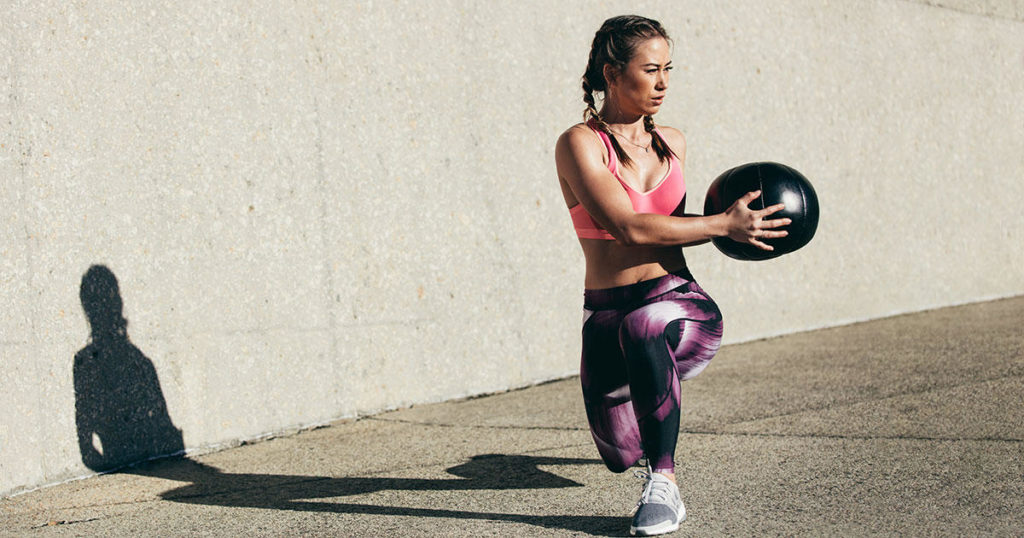 Упражнения с медболом для мужчин и женщин