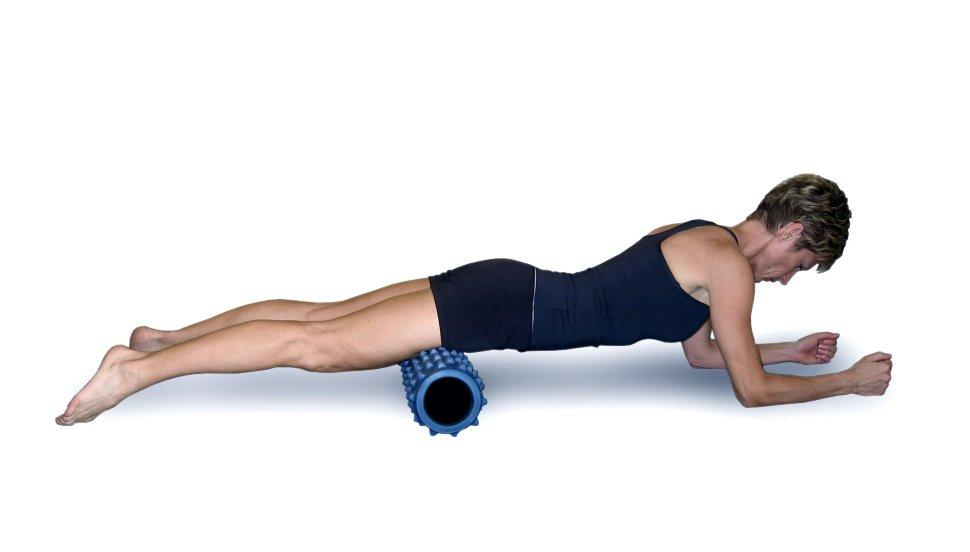 Валик из полотенца цилиндрический, массажный, фитнес и можжевеловый для спины под поясницу: как на нем лежать. японский метод и упражнение с валиком для позвоночника. отзывы.