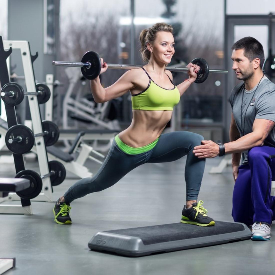Что брать с собой в спортзал для мужчин и девушек