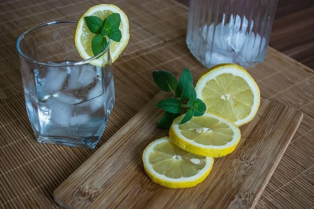 Польза и вред воды с лимоном по утрам для организма человека