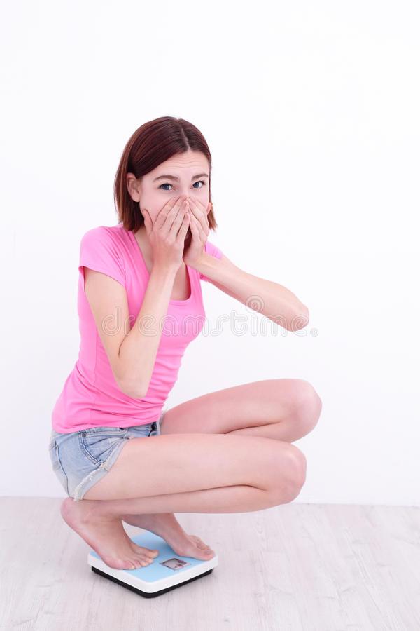 Болит колено при приседании на корточки: что это может быть и как лечить