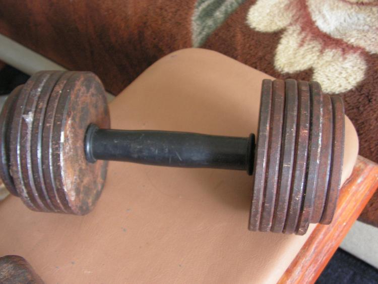 Чем заменить гантели дома? 3 варианта для замены гантелей для фитнеса и приседаний.