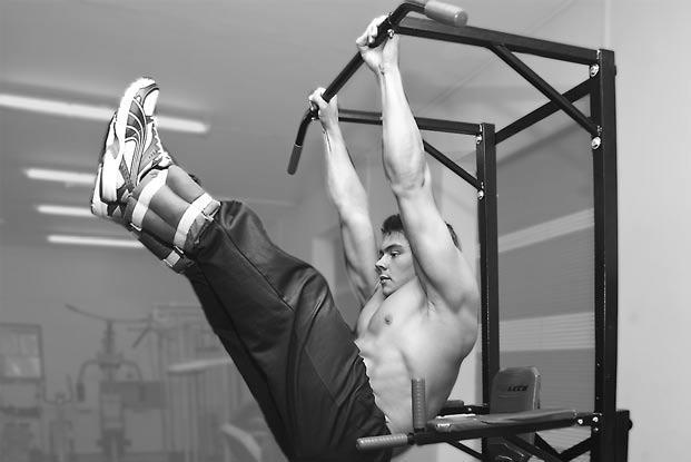 Упражнения на пресс на брусьях и турнике, тренировки прокачать мышцы пресса
