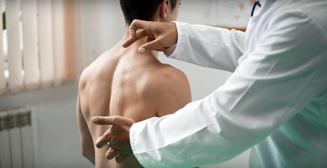Боли в позвоночнике между лопаток причины и лечение