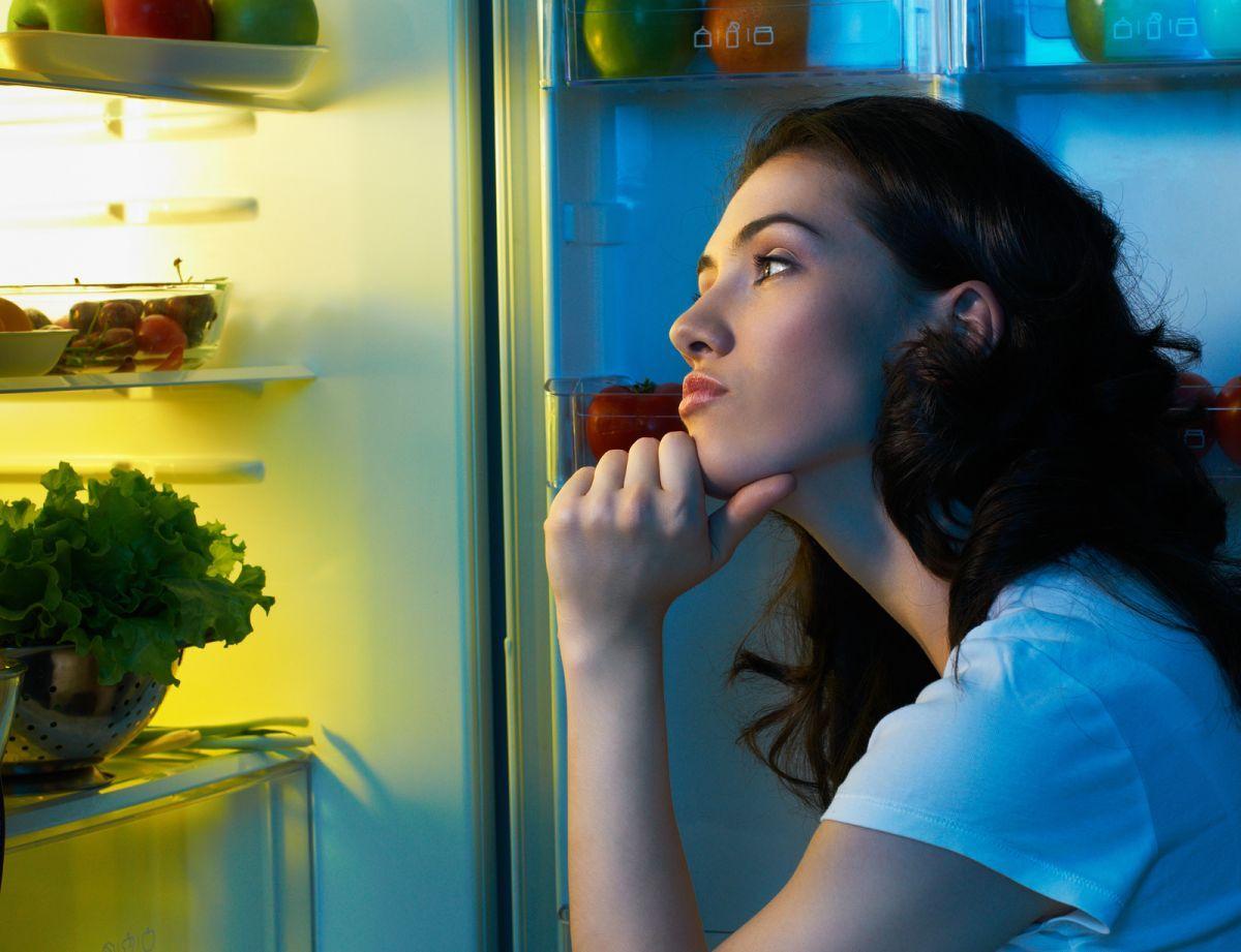 Если ночью напал жор, выход есть! сыр, крекеры и йогурт: продукты, которые можно есть ночью без вреда для фигуры