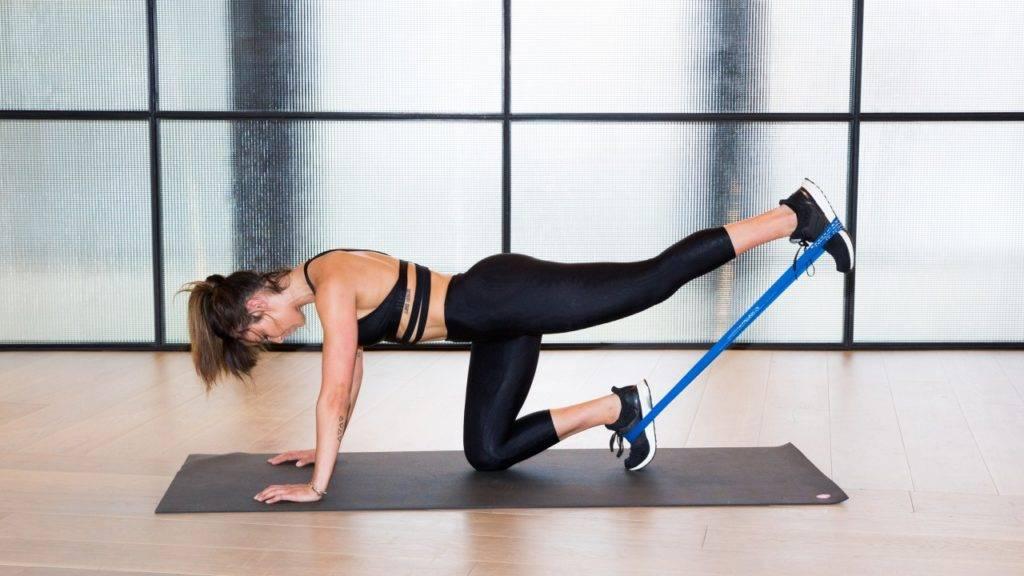 Упражнения с резинкой для женщин в домашних условиях: для ягодиц, ног, пресса, живота