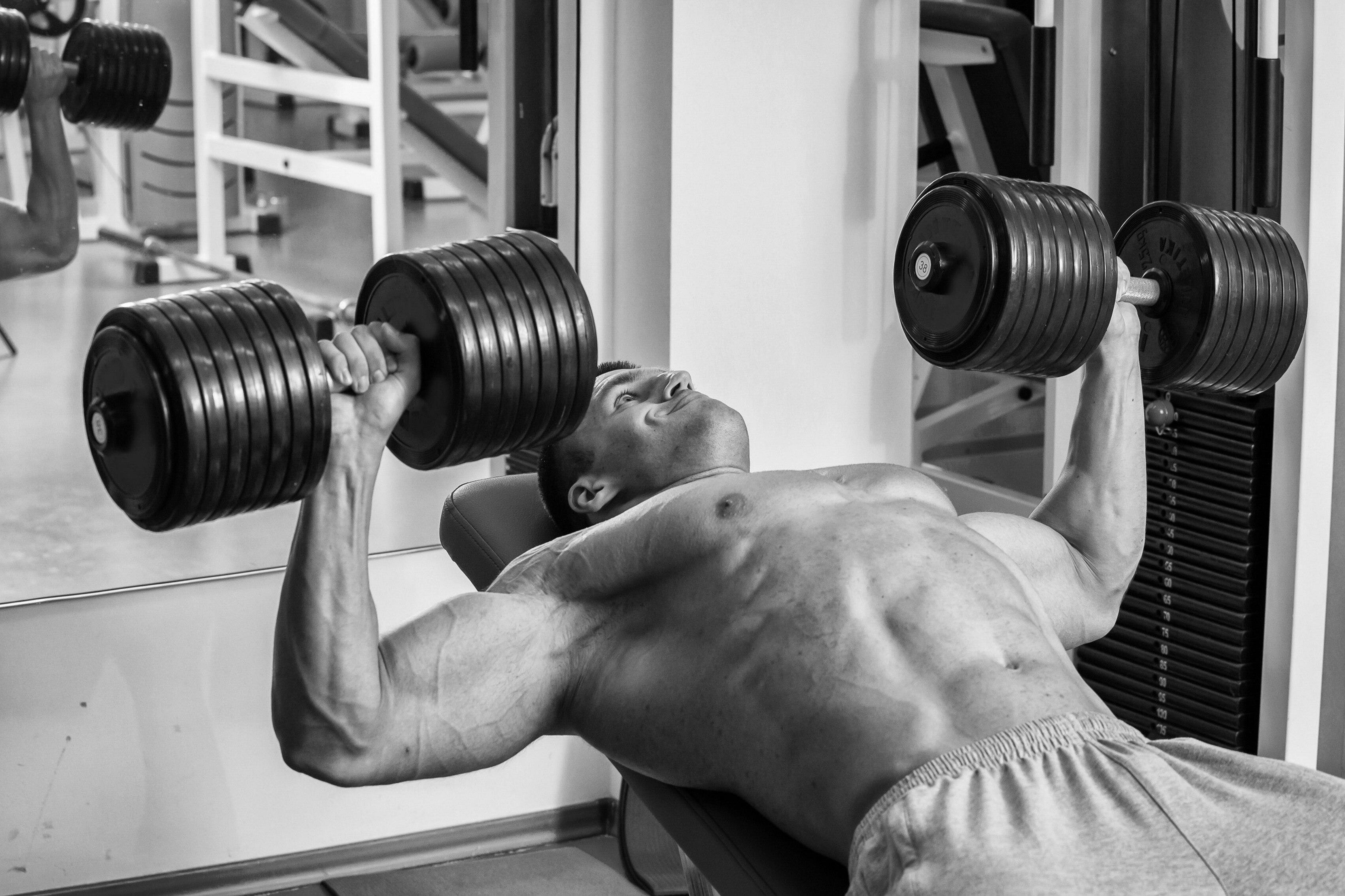 Лучшие упражнения на грудь в тренажерном зале для мужчин. как накачать грудные мышцы в тренажерном зале? - tony.ru