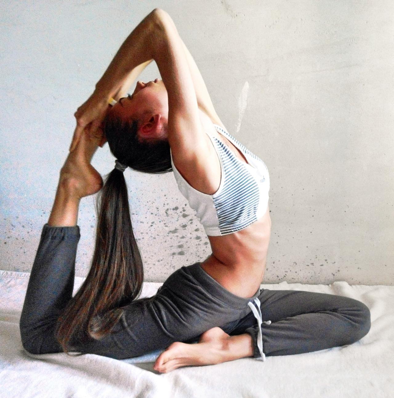 Поза павлина в йоге (маюрасана): польза, техника выполнения, советы для начинающих, фото