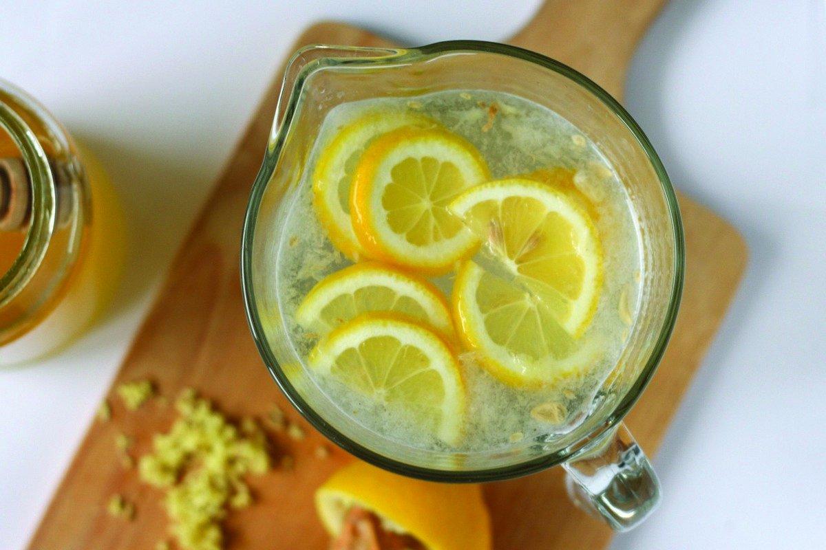 Вода с лимоном натощак: польза и вред для здоровья