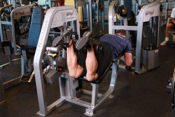 Сгибание ног лежа – техника выполнения и задействованные мышцы