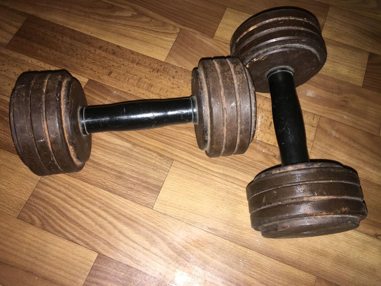 Жим гантелей сидя или штанги: что лучше и какие мышцы работают